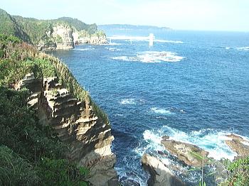 鵜原理想郷より勝浦海中展望塔を見る